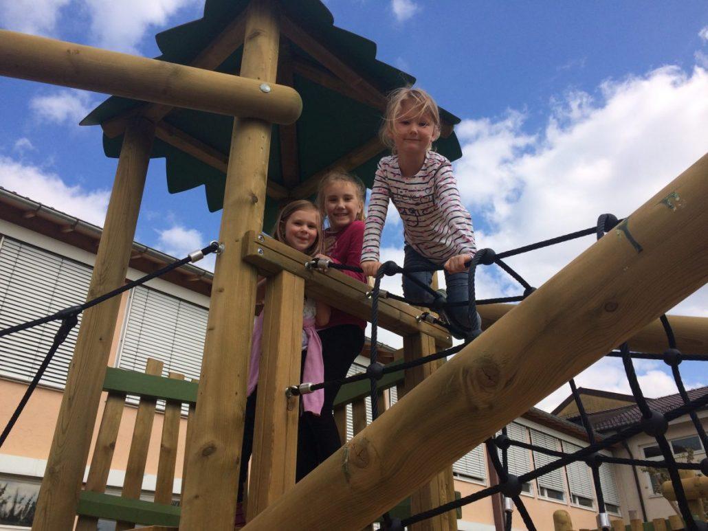 Funny Clouds Klettergerüst : Kinder spielen am klettergerüst auf spielplatz mit london eye im